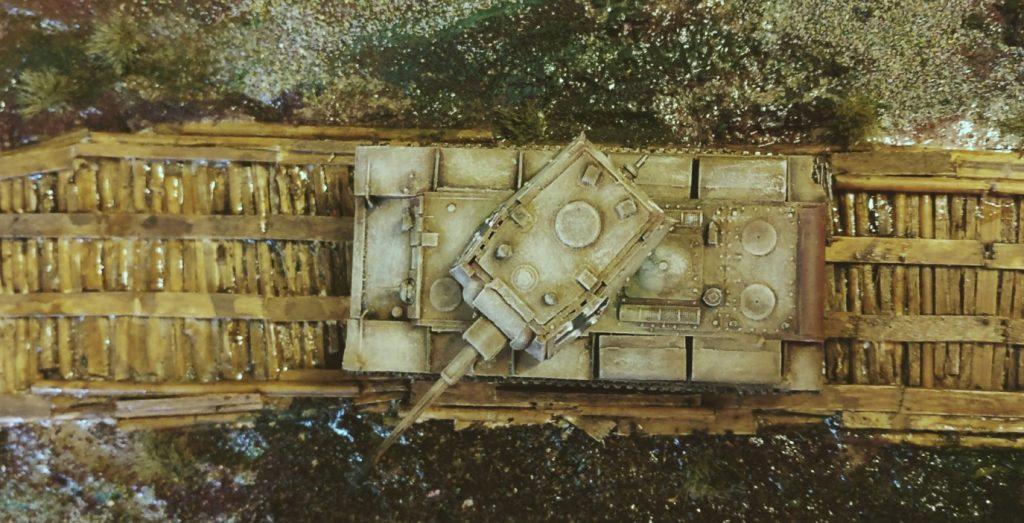 In den Käfertaler Motorenwerken wurde dieser erbeutete KV-I mit einer durchschlagsstarken 7,5cm-Wumme ausgestattet und an die truppe ausgeliefert. Hier bewegt er sich gerade auf dem Knüppeldamm auf XENAs Knüppeldamm-Modul, das ebenfalls einen festen Platz auf der Spielfläche bekam.