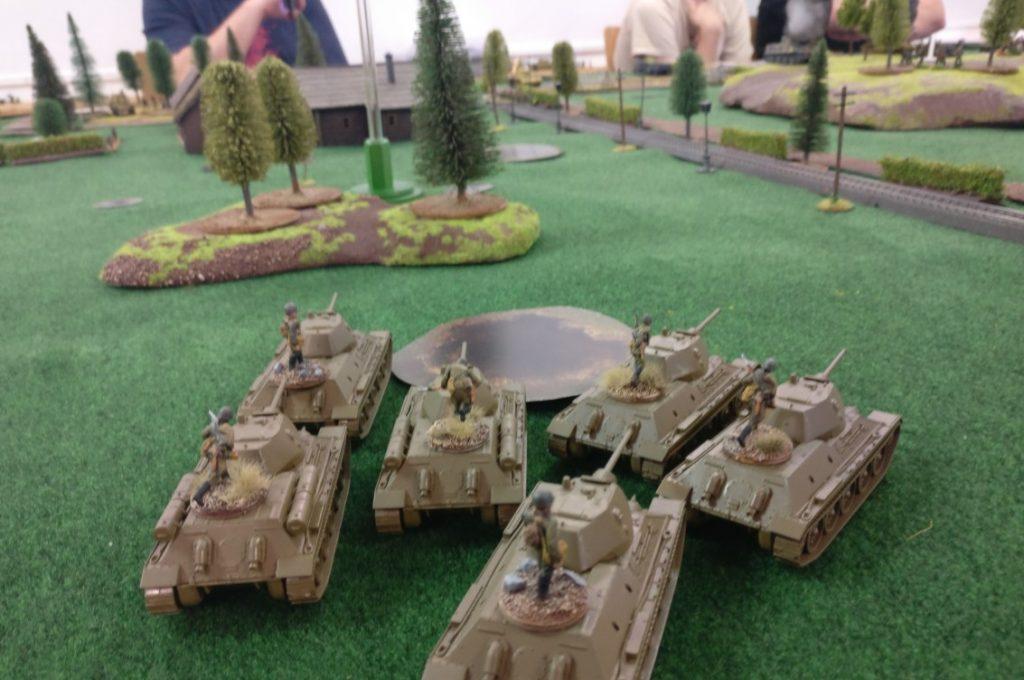 Die T-34 der ersten Runde auf der Ostplatte marschieren Richtung Bahnlinie. Dort erlaubt die Straße eine schnelle Fortbewegung und es zeichnet sich eine Schwäche in der deutschen Verteidigung ab.