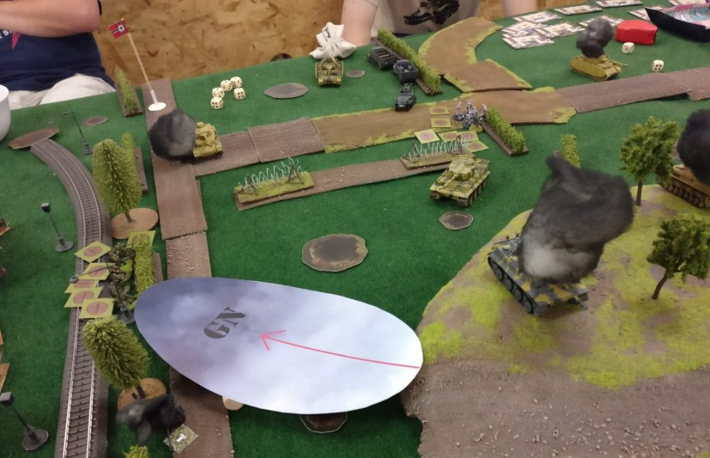 Nachdem Florian im Bereich der Bahnlinie mit einem Tiger und einem Panzer IV Druck aufbaut, hilft nur noch Nebel...