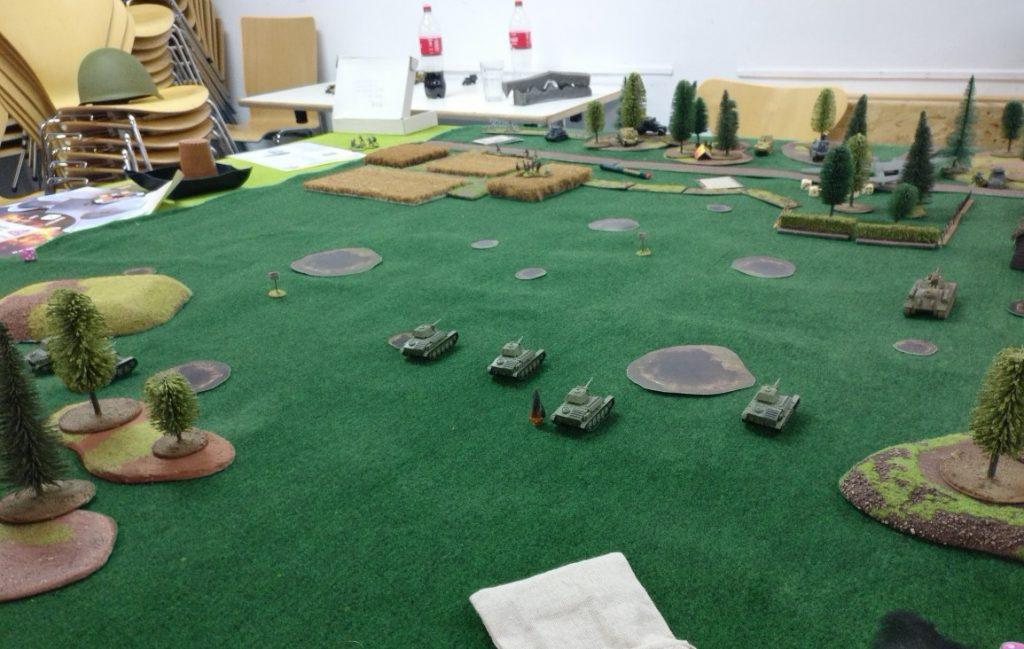 Auf der Ostplatte ist das Spiel gelaufen. Die T-70 brechen auf breiter Front durch.