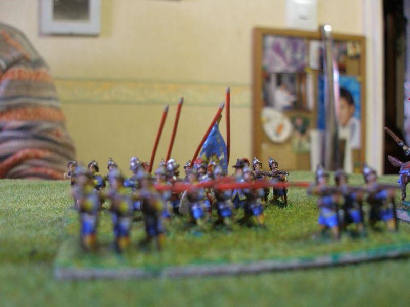 Wenn auch über das polnische  Zentrum ein wahrer Feuerhagel niedergeht, sind die Verluste marginal. Als sich das gegenüberstehende spanische Tercio in Reichweite der polnischen Musketen bewegt, eröffnen die Hayducken das Feuer…