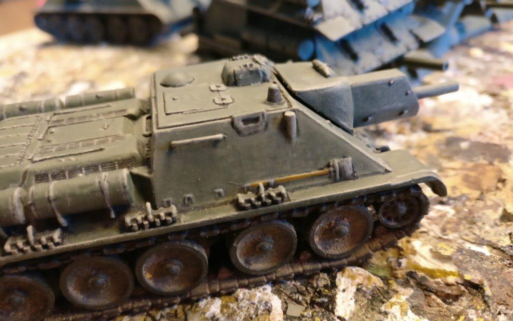 """Hier der mit der """"Holzbraun"""" bemalte Stiel der Schippe auf dem einen SU-122 von Pegasus."""