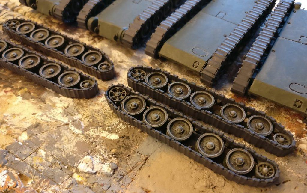 """Die gerade frisch mit """"Panzergrau"""" grundierten Panzerketten des SU-122 von Pegasus."""