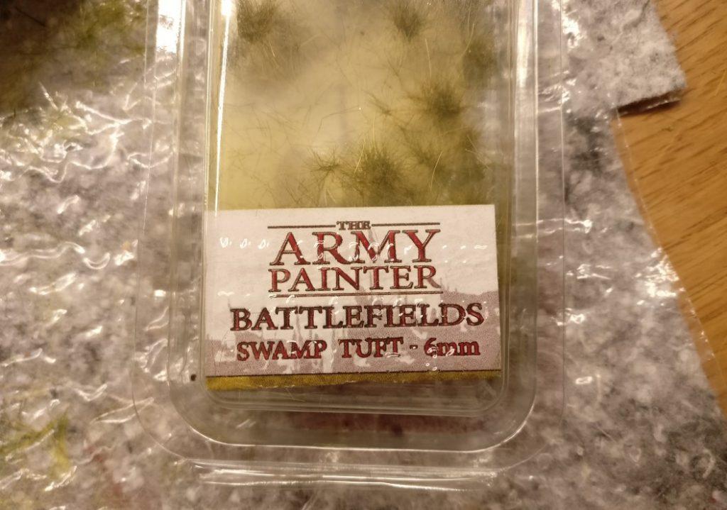 """Einzelne Grasbüschel pflanze ich mittels des """"Swamp Tuft"""" von Armypainter Battlefields."""