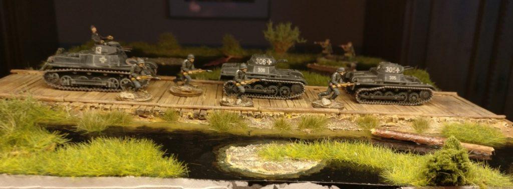 Ein Panzerregiment mit Panzergrenadieren auf dem Vormarsch über den Knüppeldamm.