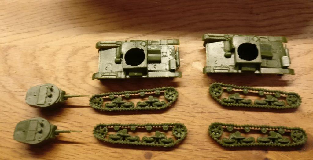 Die für die Bemalung vorbereiteten T-26. Die Kettenlaufwerke habe ich noch nicht montiert. Das erleichtert die Bemalung entscheidend.