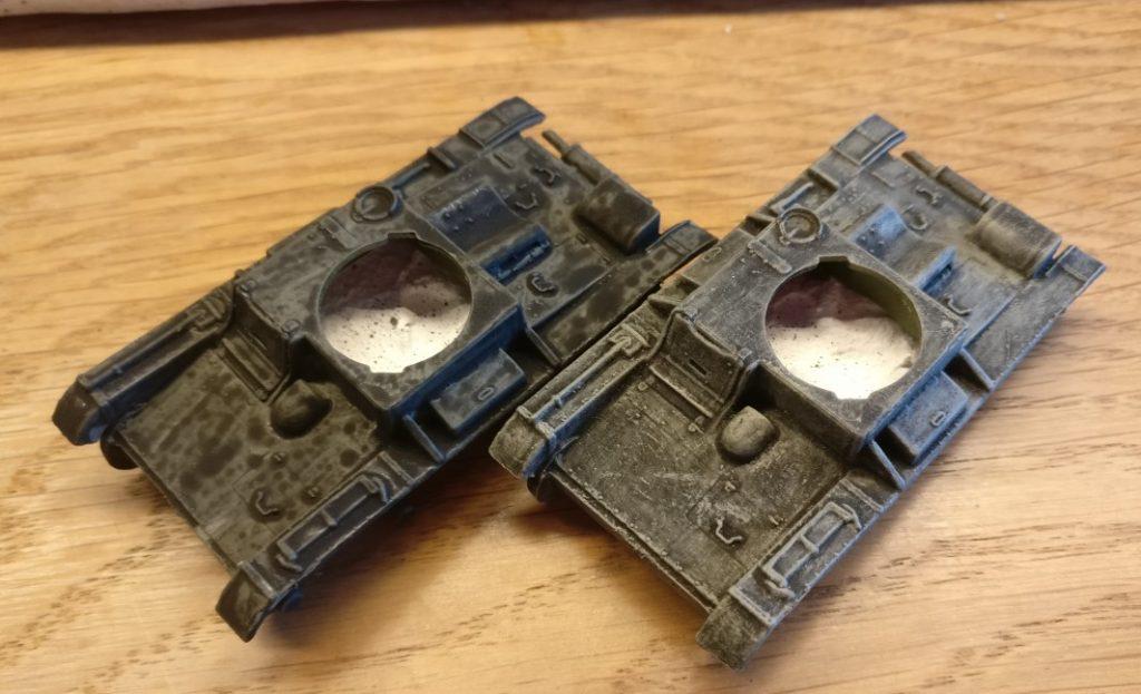 Diese beiden T-26-Panzerwannen wurden nach dem Grundieren mit Grüngrau bereits mit dem Black Wash behandelt. Der rechte T-26 wurde auch schon mit Helloliv trockengebürstet.