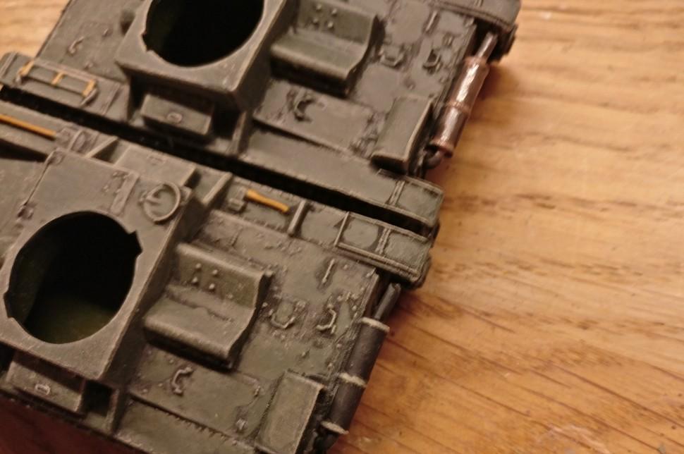 """Für die Auspuffanlage des Pegasus 7671 T-26 gibt es eine Spezialbehandlung. Das untere Modell des T-26 wurde am Auspuff schwarz grundiert. Beim oben T-26 wurde anschließend eine Lasur des Farbtons """"Rost"""" aufgetragen."""