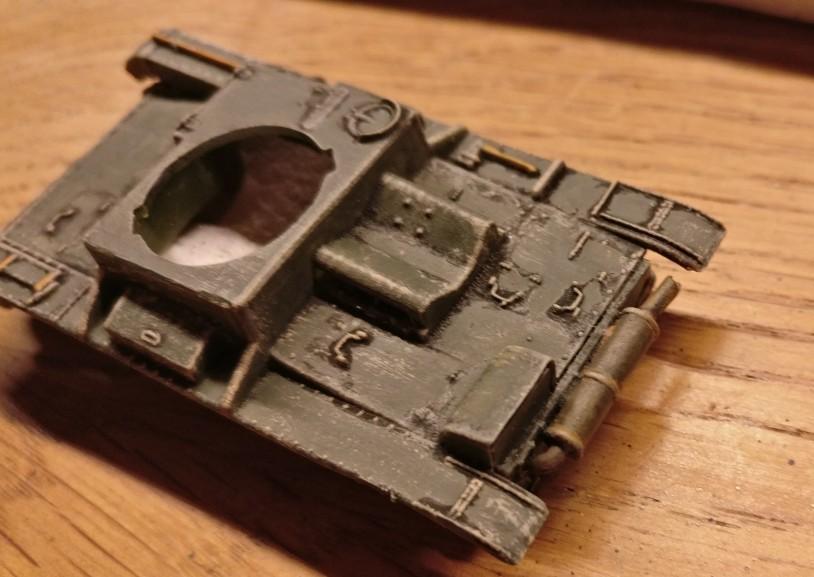 So schaut der Auspuff des T-26 dann final aus.  Wer es unregelmäßiger haben will, legt noch ein paar Tupfer 85er Braun nach.