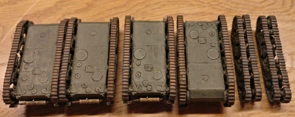 Die Panzerketten der Pegasus 7671 T-26 nach dem Auftrag der Lasur Lederbraun.