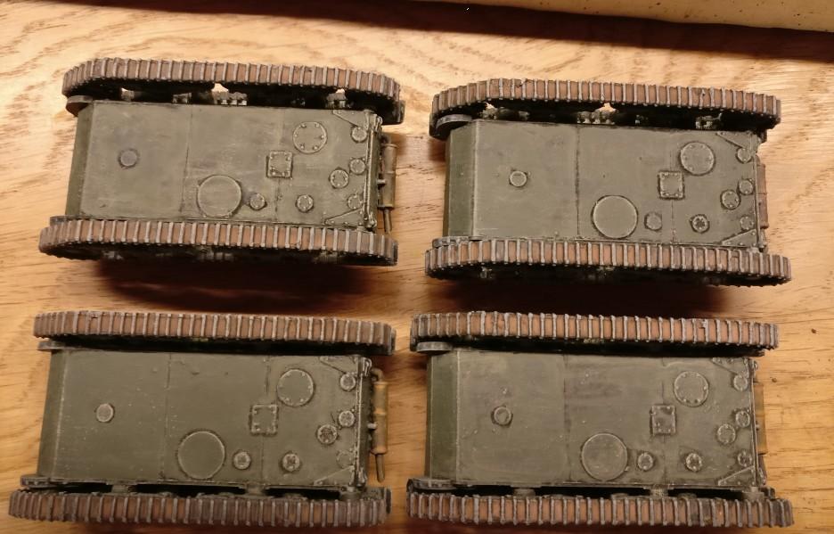 Das Trockenbürsten der Außenseiten der Panzerketten it Mittelgrau lässt die erhabenen Stellen der Kettenglieder wie blankes Metall wirken.