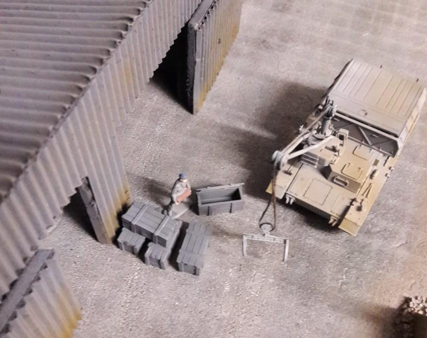 Ein Schlepper auf Basis eines Panzer IV sorgt mit dem montierten Ladekran für schnelle Verladung aller Güter am Pier.