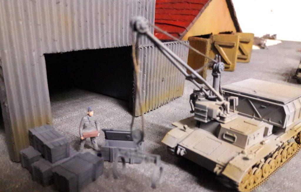 Hier der schwenkbare 4to-Kran in Aktion. Mit den Kisten wid er leicht fertig. Matrose Heinz X weiß die Dienste des Krans sehr zu schätzen.