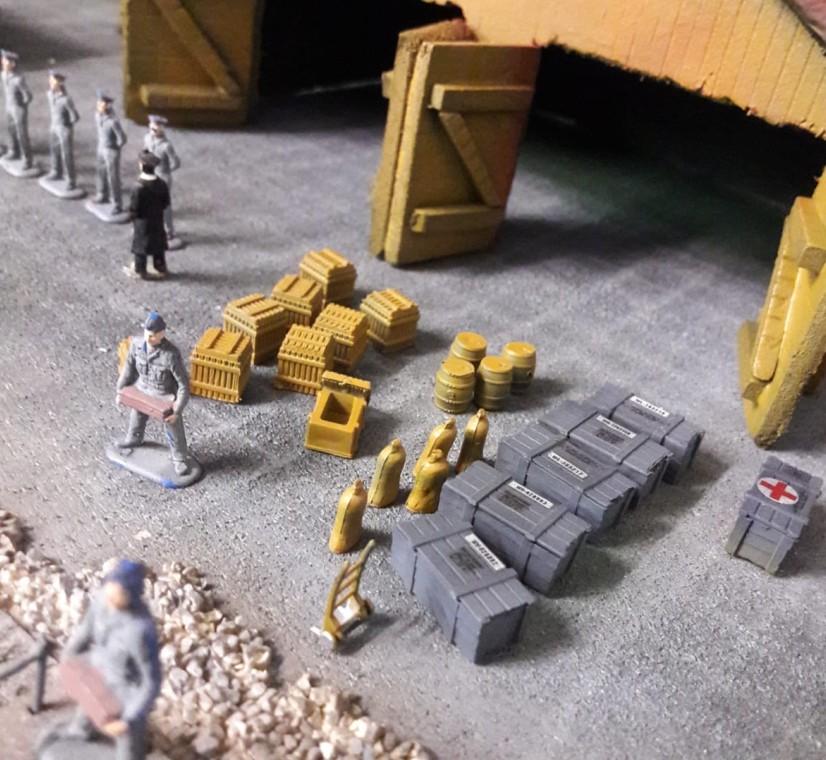 Manchmal überschlagen sich die Ereignisse. Mitten beim Einlagern der neuen Lieferung Schmierfett platzte Admiral Hasso von Schneuffelreuth herein. Spontanes Antreten ist angesagt. Die Arbeit muss liegenbleiben, bis die Großkopferten - der Herr Admiral hat sein Gefolge mitgebracht -  wieder abgerückt sind.