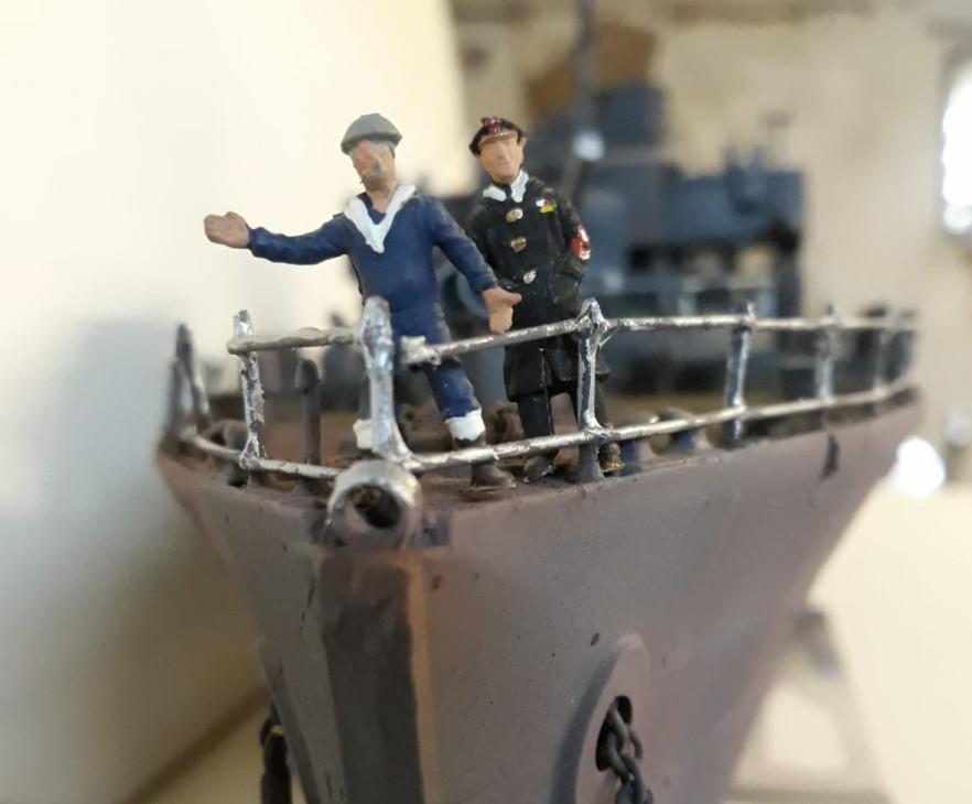 Korvettenkapitän Maximilian von Rüde bei der Abnahme eines gerade restaurierten Schiffs. Matrose Heinz K. gibt dem Fernmeldetrupp Handzeichen .