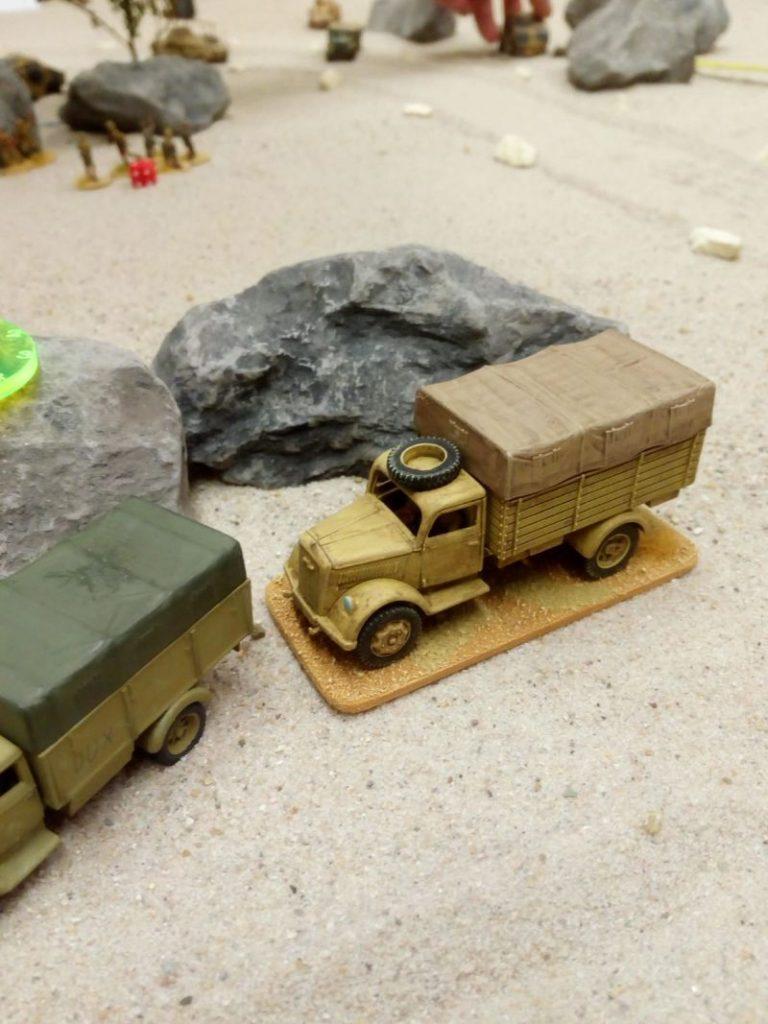 Zwo deutsche Trucks liegen in Deckung. Bolt Action Game beim Bestellonkel.