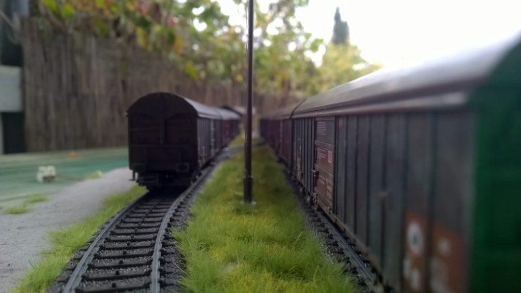 Zwei Züge im Bahnhof Eschau-Mönchberg. LInks werden T-34/85-Türme transportiert, rechts die 85mm--Munition für die T-34/85.