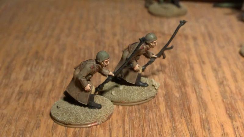 Zuerst fertig geworden: Zwei Schützen mit Panzerbüchsen aus dem Italeri Set 6069 Russian Infantry (Winter Uniform)