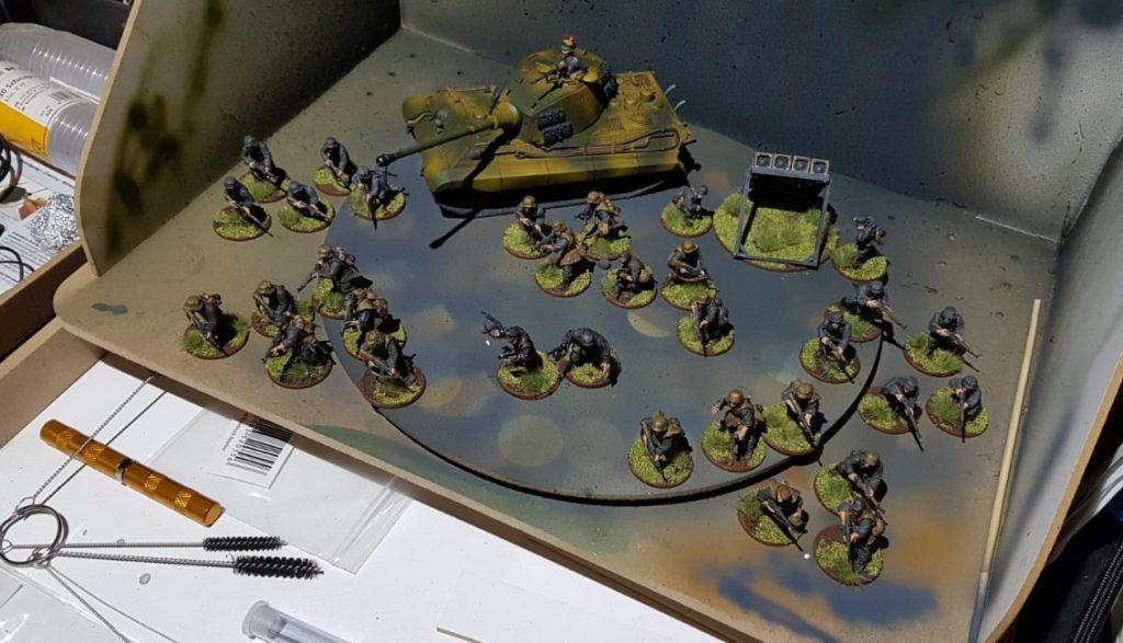 Davids Bolt Action Army. Wie üblich, sind die Armeen bei Bolt Action mit weniger Spielelementen ausgestattet. David legt auf die Gestaltung der Fahrzeuge und Figuren allergrößten Wert. Hier der Blick in seine transportable Lackierkabine für seine Airgun.