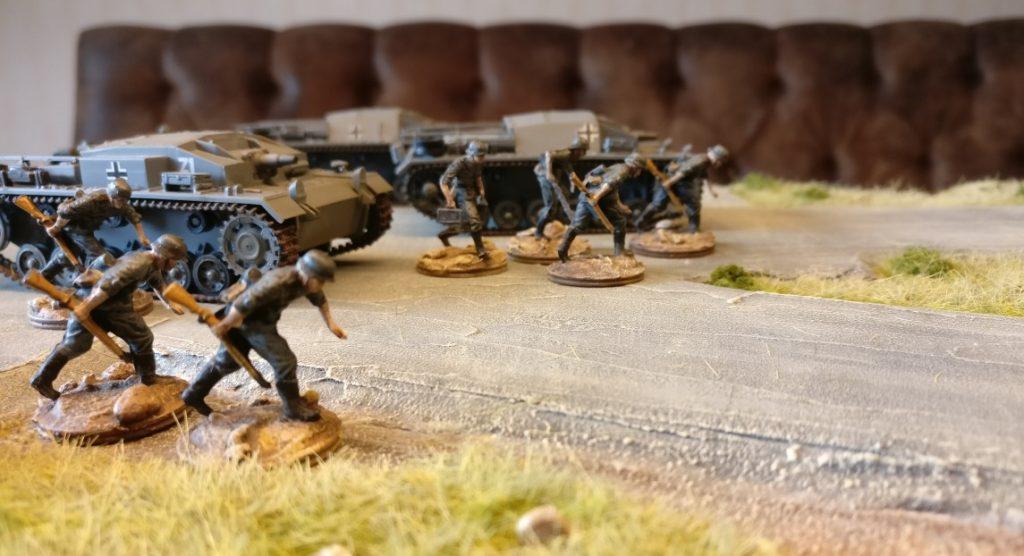 """Kein Angstgegner, mehr ein ständiger Begleiter der ZIS 3 76mm Pak: das StuG III, wie hier in Shturmigrad an der Maschinenfrabrik """"Roter Oktober""""."""
