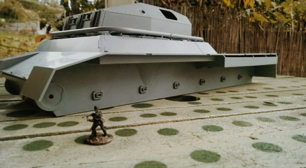 Die Ratte nimmt hier die Tischplatte in Beschlag. WWII German Landkreuzer P1000 Ratte, von Modelcollect ArtNr. UA72088