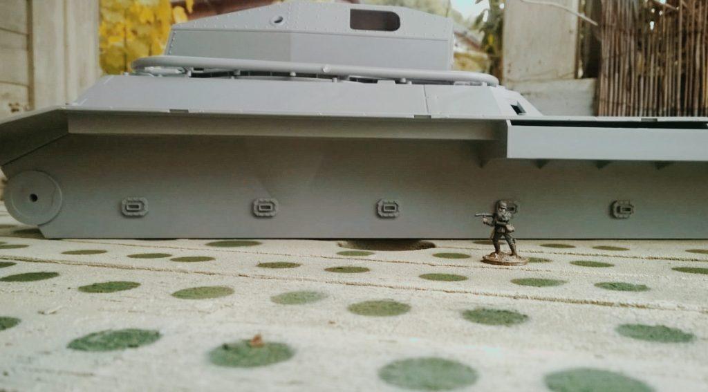 Der Landkreuzer von der Seite. Sehr schnittig, der Gefechtsturm. WWII German Landkreuzer P1000 Ratte, von Modelcollect ArtNr. UA72088