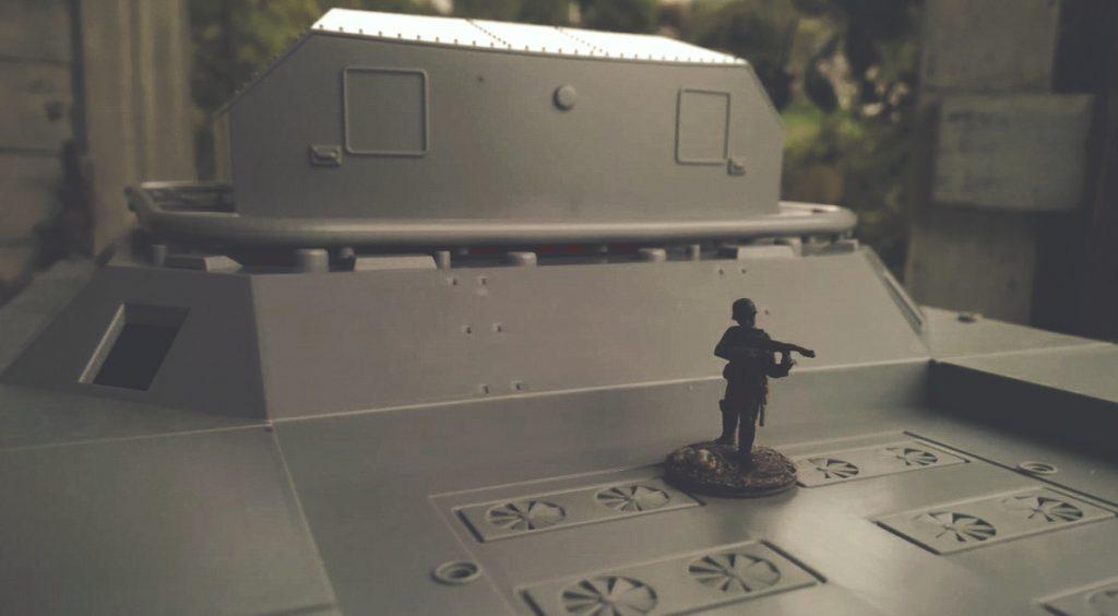 Die Figur macht die Dimensionen der Ratte deutlich. WWII German Landkreuzer P1000 Ratte, von Modelcollect ArtNr. UA72088