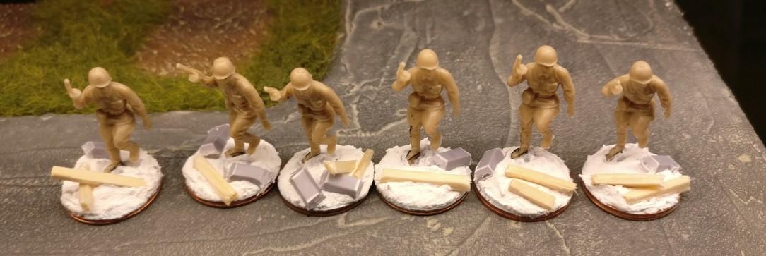 Zum Ende der Ballett-Stunde herrscht Zucht und Ordnung beim 271. Schützenregiment.  Kommissar Shtormojewski hat für Disziplin gesorgt. Die Minis aus dem Revell Set 02510 Soviet Infantry sind fertig gebased.