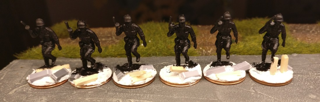 Hier die Minis aus dem Revell Set 02510 Soviet Infantry nach dem Grundieren mit Schwarz.