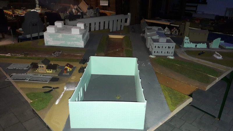 Hier die Fabrikhalle, jetzt bereits mit ausgeschnittenen Fensteröffnungen und Türen und Toren.