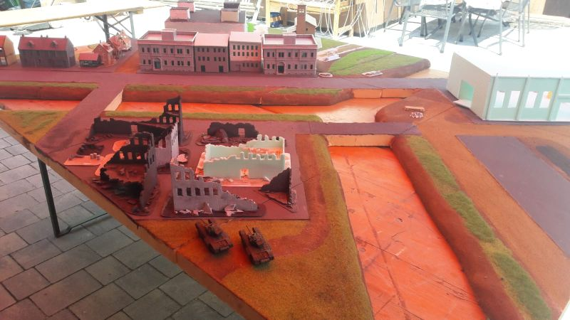 Der Rotschimmer stammt von dem Baldachin über der Location. Die Sonne drückt die Farbe durch. Rechts das Fabrikgebäude.