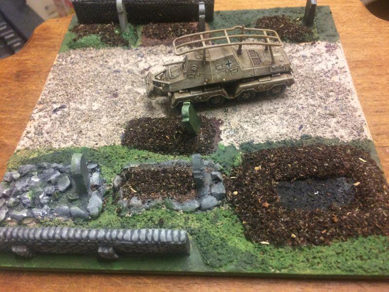 Ein Panzerfunkwagen Sd. Kfz. 263 (8-Rad) auf dem Friedhof, einem Battlefield Scenery im Maßstab 1:100 / 15mm von XENA