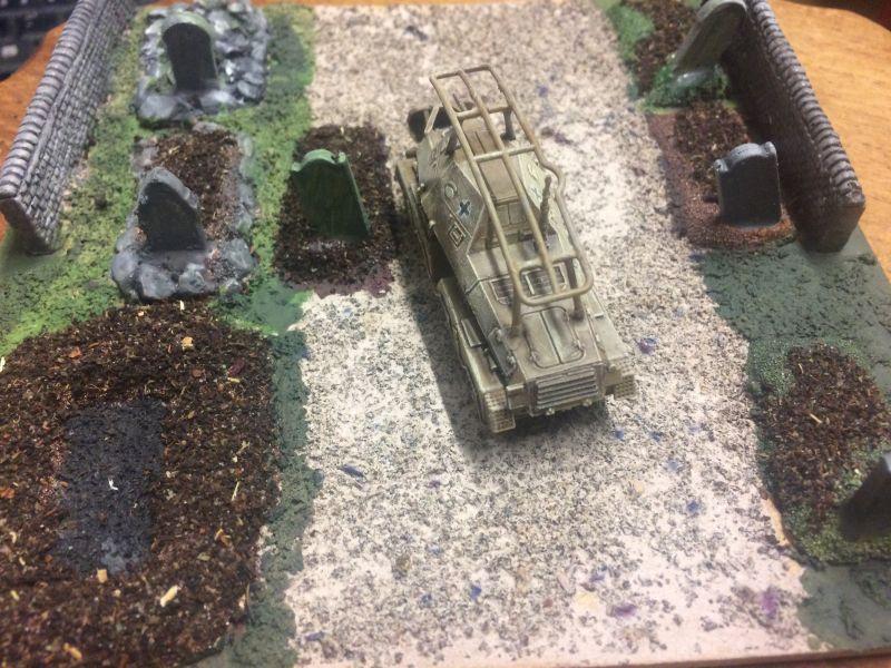 Weiteres Bild des Panzerfunkwagen Sd. Kfz. 263 (8-Rad) auf dem Friedhof, einem Battlefield Scenery im Maßstab 1:100 / 15mm von XENA