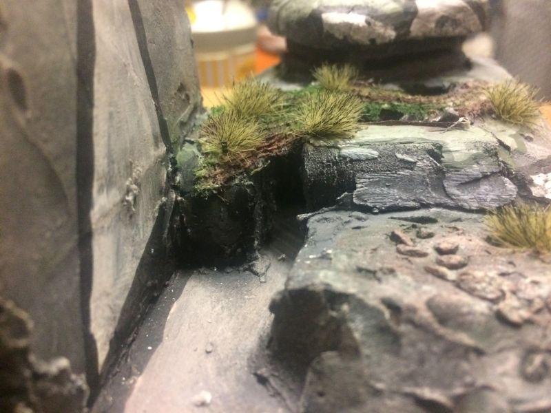 Grasbewuchs auf der Bunkerdecke. Der Flakbunker ist ein Spielplattenmodul im Maßstab 1:100 / 15mm von XENA.