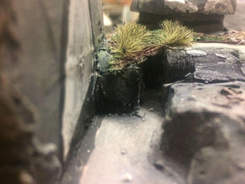 Der Grasbewuchs auf der Bunkerdecke nochmal von der Seite. Der Flakbunker ist ein Spielplattenmodul im Maßstab 1:100 / 15mm von XENA.