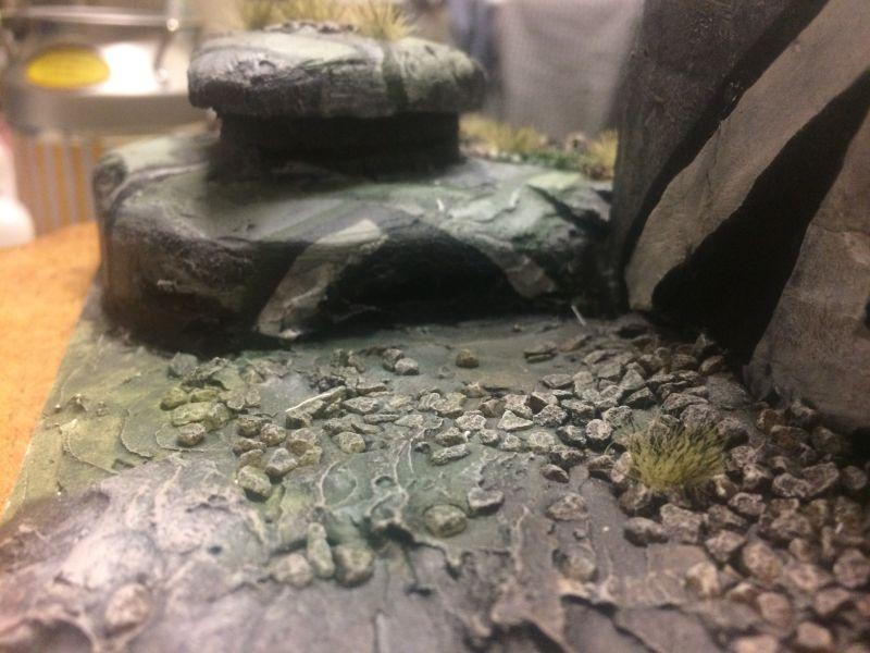 Hinter den Bunkern liegen noch Gesteinsbrocken auf dem Boden. Der Flakbunker ist ein Spielplattenmodul im Maßstab 1:100 / 15mm von XENA.