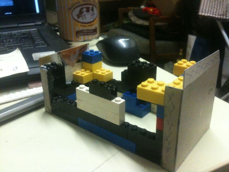 """Das Innengerüst zur Montage der Papp-Wände des Hauses der Familie Ingals aus der Serie """"Meine kleine Farm"""" aus Legosteinen."""
