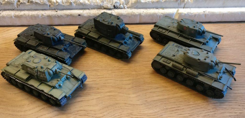 Hier sind die Delinquenten. vier KW- und ein KW-2. Zwei der Fahrzeuge hatte ich bereits mit dem Black Wash behandelt.