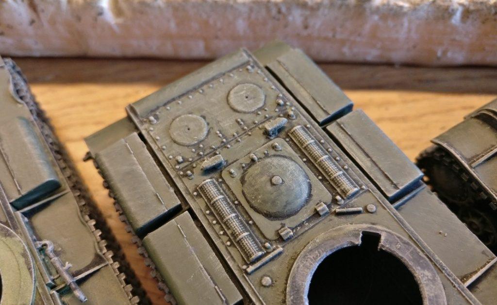 Auf der Panzerwanne hat der Auftrag der Farbe Beige einige Details nochmal stärker herausgearbeitet.