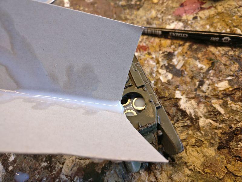 Mittels eines geknickten Kartons hatte ich eine Rutsche gefertigt, im den Klarlack in die kleine Öffnung im Rumpf der Modelle rinnen lassen zu können.