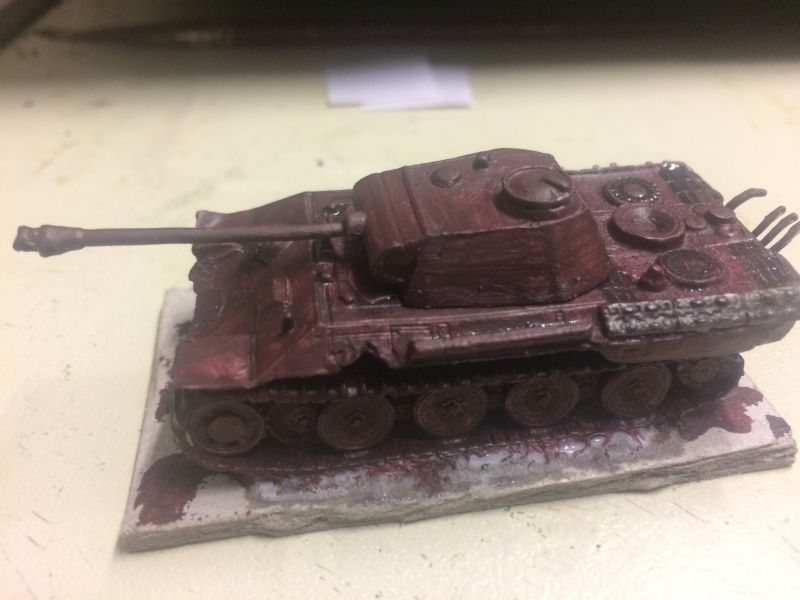 Der grundierte Panzer in rostigem Braun, ähnlich der Stahlschutzschicht von 1944/1945