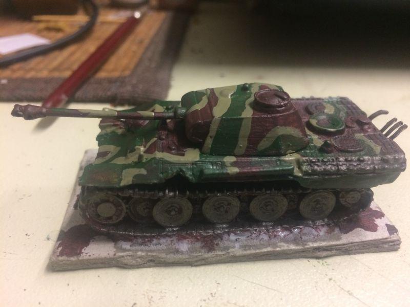 Seltsam sieht er schon aus -  ungewohnt eben für einen deutschen Panzer des 2. Weltkriegs. Als nächstes kommt ein einfacher Tarnanstrih, was den Panzer noch seltsamer aussehend machte ! Ich schiebe das Modell von mir weg. Ein wenig zu fest, was zur Folge hat, dass drei Farbflaschen umfallen. Gelb, hellgrün.., und weiß ! DAS ist es..!