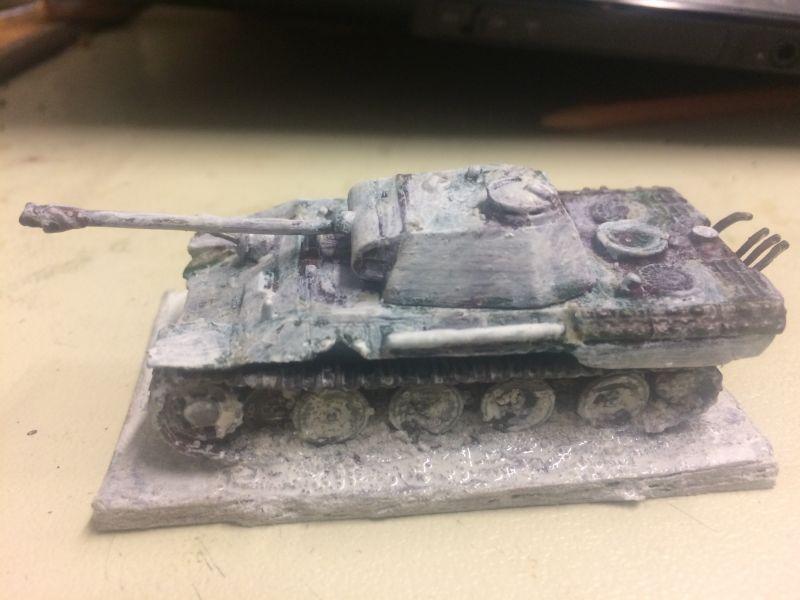 """Ich beschließe, das Modell meiner Division der """"Frundsberg"""" einzuverleiben. Jedoch in Wintertarnung. Die einzigen Panzer in Wintertarnung , welche meine """"Frundsberger"""" bisher haben, sind die """"Shermans"""" der 5. Kompanie und ein Pz.IV Ausf.H ebenfalls aus der 2. Pz.Abteilung . Man mag mich bekloppt, behämmert oder begnadet nennen, aber ich beginne den Tarnanstrich wieder mit einem ersten """"Kalkanstrich"""" zu überpinseln. Dabei ist die Idee, dass mal wieder nicht genug Tarnfarbe da war, und man die Farbe zu viel strecken musste und dadurch der Tarnanstrich teilweise noch durchscheint !"""