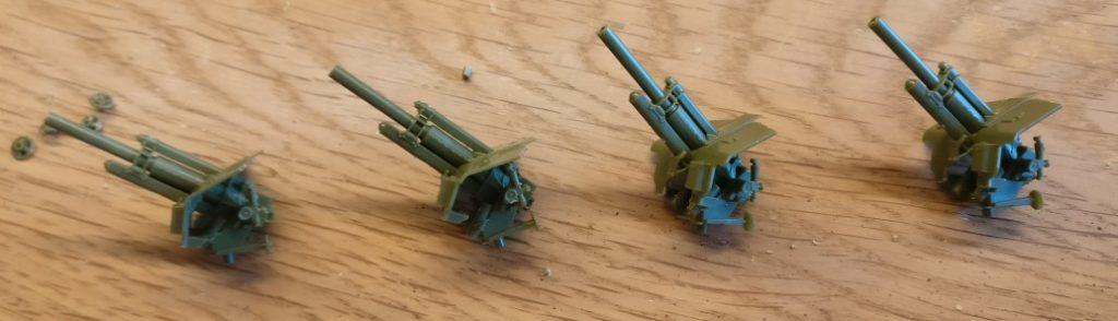 Das Geschütz mit Schutzblende der Zvezda 6122 Soviet Howitzer 122mm M-3