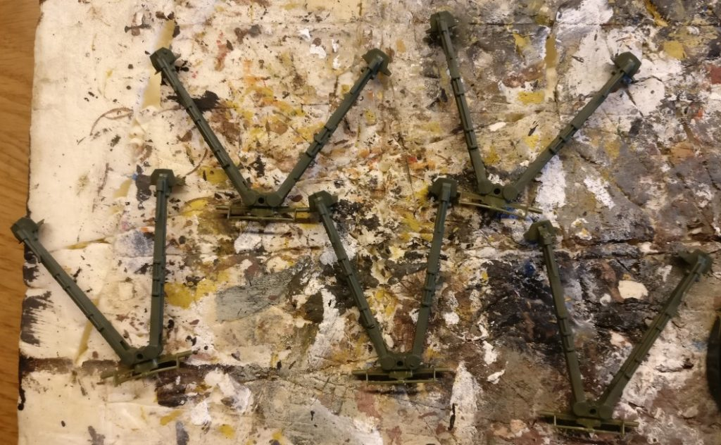 Die Geschützlafetten nach dem Grundieren mit Grüngrau und dem Auftrag des Blackwash.