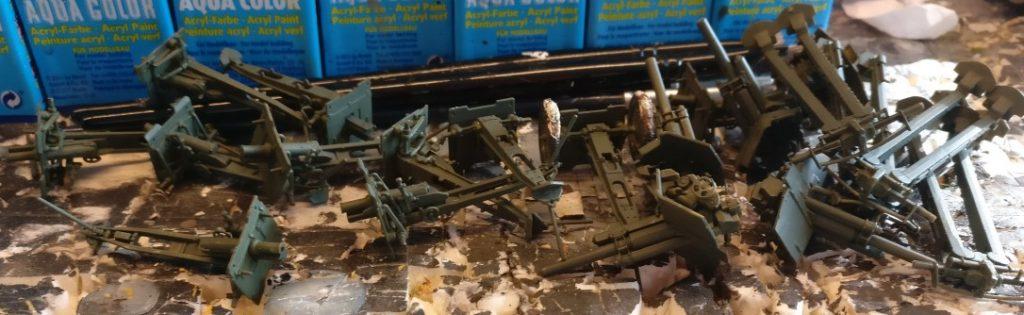 Das Materiallager. Ein paar 76mm Feldgeschütze sind druntergerümpelt.