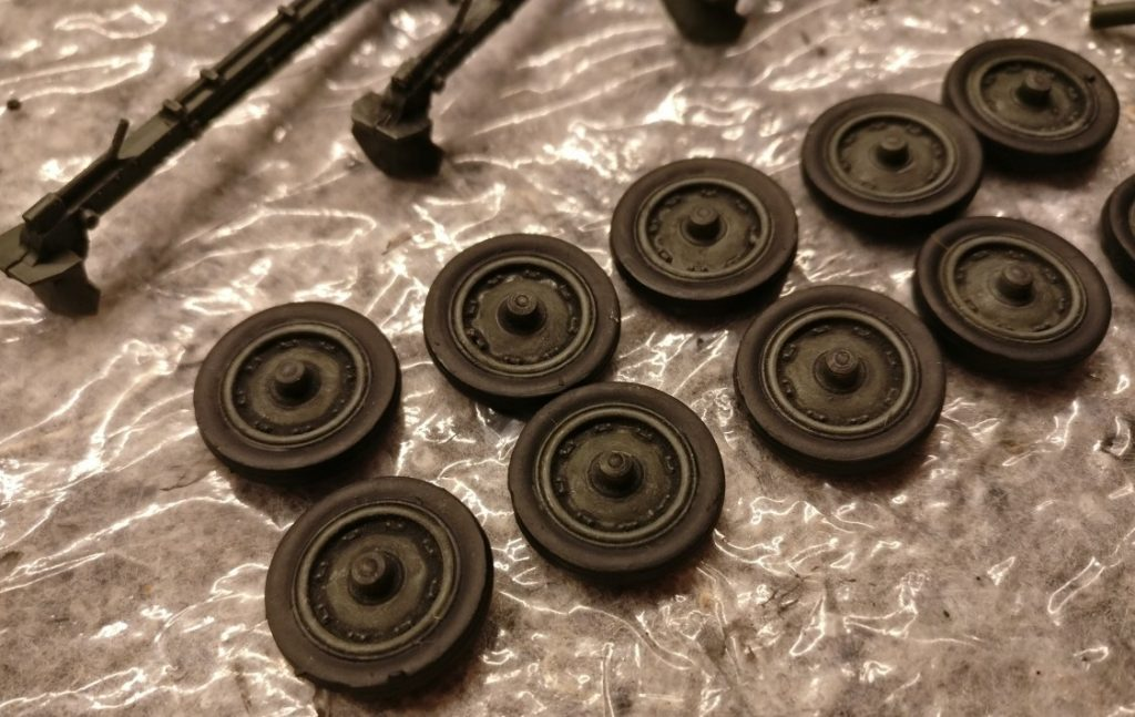 An den Rädern wurde nur einmalig mit Helloliv Trockengebürstet. Dann wurde das Schwarz auf die  Reifen aufgetragen.
