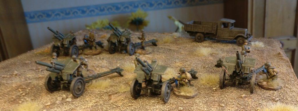 Feuerstellung mit den fünf Zvezda 6122 Soviet Howitzer 122mm M-30