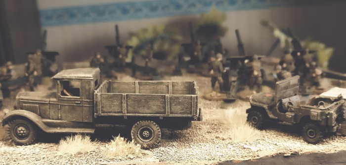 Moodfoto mit GAZ-Lkw, Lend-Lease-Jeep und Zvezda 6122 Soviet Howitzer 122mm M-30