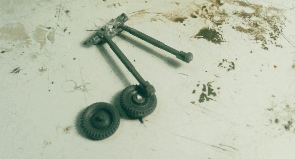 Die übrig gebliebenen Teile. Die Spreizlafette wird nicht mehr benötigt. Die Räder jedoch werden am Heck des Universal Carriers montiert werden.